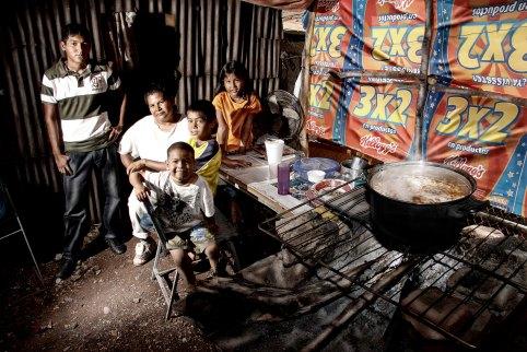 Familia reunida mientras prepararn la comida