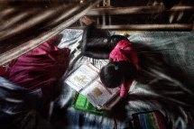 Despés de la escuela Citlali realiza la tarea en su cuarto.