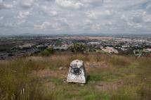— De vez en cuando subo aquí para fumarme un toque. — ¿Y el D.F. dónde queda? — Atrás de este cerro, no se puede ver, siempre lo hemos tenido a nuestras espaldas Testimonio de Pussy Ramírez, habitante de Coacalco, 2013.