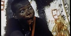 LOS AMOS LOCOS sigue los efectos del colonialismo de los indígenas africanos de una ciudad de Níger, a través de varios rituales desarrollados como consecuencia del sistema colonial europeo. GASTALO TODO Este cortometraje documental es una celebración de la comida, la música y el estilo de vida de los cajunes, una comunidad francófona al sur de Luisiana.