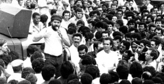 Eduardo Coutinho viajó al municipio de Várzea Alegre en Brasil para entrevistar a diversos extrabajadores de la industria metalúrgica de São Paulo, quienes junto a Lula participaron en la histórica huelga de 1979 y 1980 para defender sus derechos de cara a la dictadura militar.