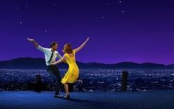 La La Land es un musical moderno que narra un tempestuoso romance, desde el tierno comienzo del amor juvenil hasta los sacrificios de una gran ambición.