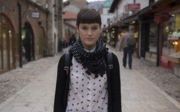 Ivana, Clara y Marina son tres jóvenes que viven al mismo tiempo en Sarajevo bajo circunstancias muy diferentes. Ivana sueña con mudarse a Estados Unidos, Clara trabaja en las noches para pagar sus estudios y Marina está enamorada de su mejor amiga.