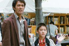A pesar de haber tenido una prometedora carrera como escritor, Ryota lleva una vida espinosa: se divorció de su esposa y gasta en apuestas todo el dinero que gana como detective privado, lo que no le permite pagar la manutención de su hijo de once años.