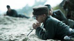 Dinamarca, mayo de 1945. Pocos días después del fin de la Segunda Guerra Mundial, un grupo de prisioneros de guerra alemanes son obligados a realizar una tarea mortal: desarmar las dos millones de minas terrestres que habían sido esparcidas a lo largo de la costa oeste por las fuerzas de ocupación alemanas.