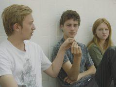 Kevin, un chico que acaba de salir de un centro de detención, se instala en la casa de sus tíos, los padres de Sammy, quien fuma en la cocina de su casa. Por otra parte, Lina lidia con las recriminaciones del director de su colegio, mientras John ignora las amonestaciones del vigilante del instituto.