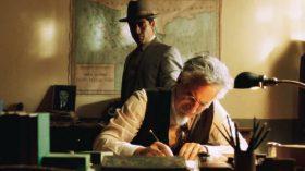 Con tintes de thriller policial y una trama en la que la que se mezclan la intriga y el romance El elegido pone en escena uno de los episodios más oscuros de la historia del comunismo, el asesinato en México de León Trotsky.