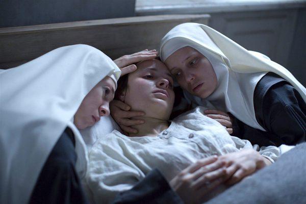 olonia, 1945. Mathilde Beaulieu, una joven doctora francesa, ayudará en secreto a un grupo de monjas con sus embarazos y así evitar un escándalo que ocasione el cierre del convento. El catorceavo largometraje de Anne Fontaine es un retrato apacible de la cotidianidad religiosa durante la Segunda Guerra Mundial.