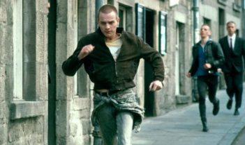 Trainspotting, película ganadora del premio de la Academia Británica de Cine (BAFTA) al mejor guión adaptado, se convirtió a la postre en una obra referencial de los años 90, al retratar a una juventud apática y sin futuro que encuentra en las drogas su único escape.