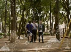 Lucas, Emilio y Rubén son tres adolescentes de 19 años unidos por la amistad y la procrastinación. Hoy están juntos en una misión muy especial: encontrar unas llaves perdidas en un montón de hojas secas. Parece una tarea sencilla, pero se convertirá en toda una odisea