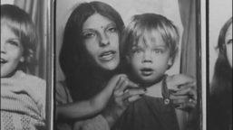 Jonathan Caouette, hijo de una familia disfuncional de Texas, a través de este documental, encuentra una forma de poder contar su vida. Tarnation, logra montar un torbellino psicodélico con sus recuerdos, fotos familiares, películas caseras grabadas desde los trece años, diarios en vídeo, cortos primerizos y por fin, su llegada a Nueva York.