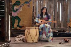 Reconstrucción del mundo interior de la artista chilena Violeta Parra y de las personas que compartieron su vida, sus amores, sueños, frustraciones y miedos. Con un espacio temporal que abarca desde la niñez hasta su muerte.
