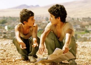 Ver a Superman por un agujero en la pared del cine de una comunidad kurda le cambia la vida a Zana y Dana, dos hermanos huérfanos. Ellos se desenvuelven en la miseria y hambre iraquíes, producto del régimen represivo de Sadam Hussein en los años 90. Los hermanos imaginan su salvación viajando a Estados Unidos para encontrarse con el famoso superhéroe.