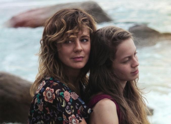 Valeria tiene 17 años y está embarazada. Vive en Puerto Vallarta con Clara, su hermana de 34 años. Valeria no quería que su madre, a menudo ausente, estuviera al corriente de su embarazo pero a causa de la responsabilidad que entraña un niño, Clara decide recurrir a ella.