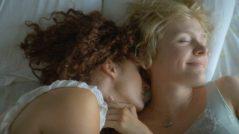 Como resultado de la muerte de su madre, dos hermanas, seducidas por el verano rural, redefinen su relación y se convierten en amantes. Juntas generan una intimidad prohibida en la que se entromete un joven de granja, quien desata celos e intrigas y expone la crueldad a la que sólo los amantes pueden someterse.