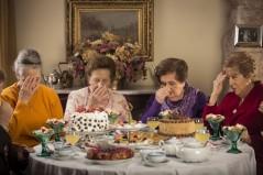 Documental centrado en cinco mujeres de la tercera edad que se reúnen desde hace 60 años para tomar el té una vez al mes. Definidas como una especie de ritual sagrado, en estas reuniones ellas hablan sobre las vicisitudes de sus vidas, interpretan y comentan la realidad actual.
