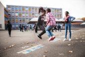 A través de entrevistas, música y ciencia ficción conocemos a once niños y adolescentes que crecieron en una de las zonas más vulnerables de Francia. ¿Cuáles son sus sueños y aspiraciones, y cómo su forma de vida interviene para que éstos se realicen?