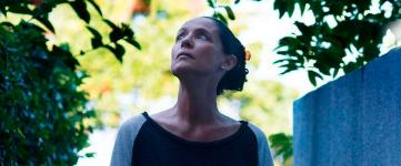 En esta ocasión el director Mendonça Filho presenta a Clara, una crítica musical de 65 años que vive retirada en un edificio particular, el Aquarius. Un importante promotor ha comprado todos los apartamentos, pero ella se niega a vender el suyo y emprende una guerra fría contra la empresa que la acosa.