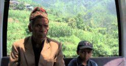 Un documental elogiado como una película que redefine al cine etnográfico y muestra el día a día sobre un grupo de peregrinos que viajan a Nepal para adorar en el legendario templo Manakamana.