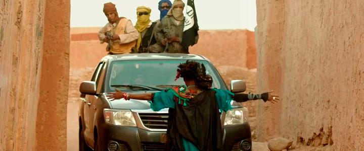 Año 2012, la ciudad maliense de Tombuctú ha caído en manos de extremistas religiosos. Kidane vive tranquilamente en las dunas con su esposa Satima, su hija Toya e Issam, un niño pastor de 12 años. Pero en la ciudad los habitantes padecen el régimen de terror impuesto por los yihadistas: prohibido escuchar música, reír, fumar e incluso jugar al fútbol. Las mujeres se han convertido en sombras que intentan resistir con dignidad. No parece afectar a Kidane hasta el día en que accidentalmente ocurre un suceso por el cual deberá enfrentarse a las leyes impuestas por los ocupantes extranjeros. Nominada al premio de la academia en 2015 por Mejor película de habla no inglesa y galardonada en siete categorías en los Premios César.