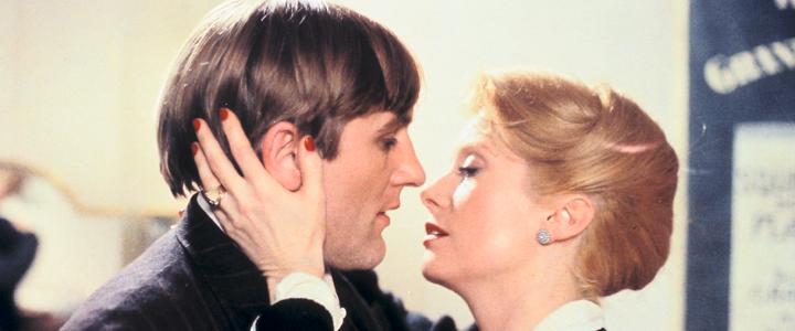 Marion Steiner solo piensa en los ensayos de la obra que se estrenará en el Teatro Montmartre, que dirige en lugar de su marido, judío. Todo el mundo cree que Lucas Steiner ha huido de Francia pero, en realidad, vive escondido en el sótano del teatro.