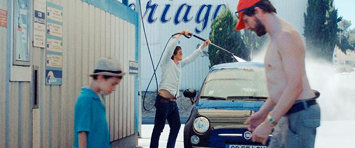 Es una película de autopistas, turistas que viajan, mesas de pícnic de cemento, chicas que hacen la fila del baño, melones calientes y lavaderos de autos. Es un hombre que quiere marcharse y un niño pequeño que no lo deja ir. Es la película del verano.
