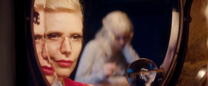 Lili, una adolescente albina, vive sola con su madre, quien la protege en exceso del mundo exterior. Obsesionada con la apariencia de su hija, la madre cambia regularmente partes de su propio rostro. Lili sueña con ser libre, y depositará sus esperanzas en Lyesse, su vecino de dieciséis años.