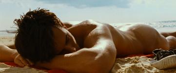 Uno de los cortometrajes del celebre director François Ozon. Es verano. A Sébastien le gusta Sheila. A Lucía le gustan los chicos. Y Frédéric solo quiere tomar sol.